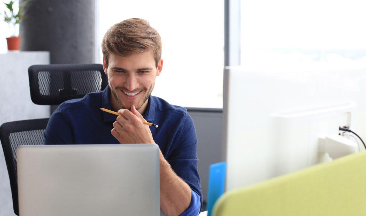Dell Latitude 9520 2-in-1do użytku oddaje także wbudowaną kamerkę do laptopa, intuicyjną i wygodną klawiaturę wraz z precyzyjnym touchpadem oraz szereg zabezpieczeń biznesowych, czuwających nad bezpieczeństwem danych zgromadzonych na urządzeniu